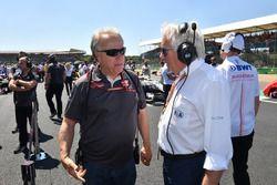 Gene Haas, fundador y presidente, Haas F1 Team y Charlie Whiting, delegado de la FIA en la parrilla