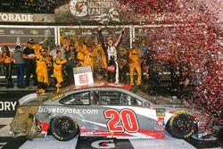 Yarış galibi Erik Jones, Joe Gibbs Racing, Toyota Camry buyatoyota.com