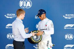 Billy Monger remet à Lewis Hamilton, Mercedes AMG F1, le Pirelli Pole Position Award