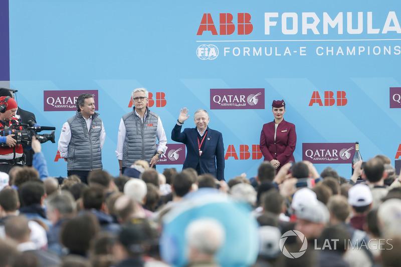 Alejandro Agag, CEO de Formula E, Jean Todt, presidente de la FIA, en el podio