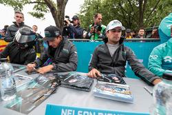 Mitch Evans, Jaguar Racing, Nelson Piquet Jr., Jaguar Racing, firmano autografi