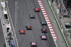 Sebastian Vettel, Ferrari SF71H ve Lewis Hamilton, Mercedes-AMG F1 W09 EQ Power+ startta