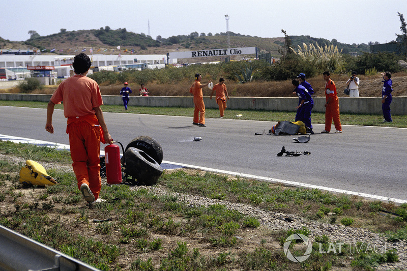 Martin Donnelly, Team Lotus, giace in pista dopo un tremendo incidente