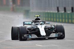 Valtteri Bottas, Mercedes-AMG F1 W09 EQ Power+ met lekke band