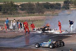 Анри Пескароло на Matra-Simca MS120 проезжает мимо аварии и пожара автомобилей Жаки Икса и Джеки Оливера