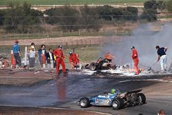 Henri Pescarolo, Matra-Simca MS120, passiert die Unfallstelle von Jacky Ickx, Ferrari und Jackie Oliver, BRM