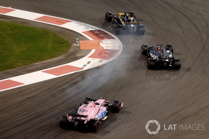 Nico Hulkenberg, Renault Sport F1 Team RS17 y Romain Grosjean, Haas F1 Team VF-17