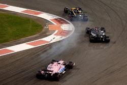 Nico Hulkenberg, Renault Sport F1 Team RS17 in duel met Romain Grosjean, Haas F1 Team VF-17