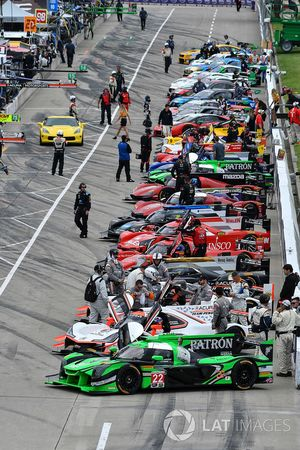 #22 Tequila Patron ESM Nissan DPi, P: Pipo Derani, Johannes van Overbeek at the front of the grid