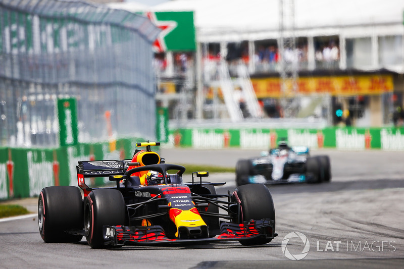 Max Verstappen, Red Bull Racing RB14, devant Lewis Hamilton, Mercedes AMG F1 W09