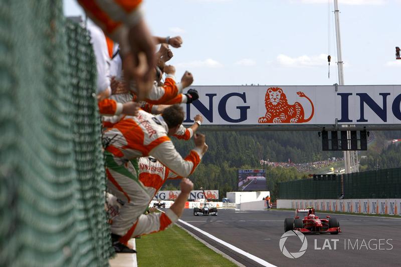 Kimi Raikkonen, Ferrari F60 cruza la línea para ganar la carrera y como la alegría de equipo Force India de Giancarlo Fisichella, Force India VJM02 Mercedes en segundo lugar
