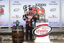 1. Kyle Busch, Joe Gibbs Racing Toyota, mit Ehfrau Samantha und Sohn Brexton