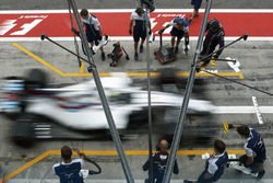 Felipe Massa, Williams FW40, practices a pitstop
