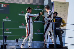 Podium: tweede plaats Jack Aitken, ART Grand Prix, Racewinnaar George Russell, ART Grand Prix, derd