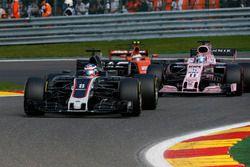 Romain Grosjean, Haas F1 Team VF-17 en lutte avec Sergio Perez, Sahara Force India VJM10