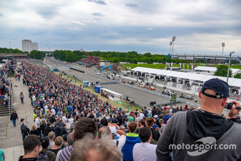 Cars on the Start-Finish-Line during red flag