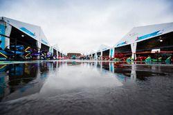La pioggia cade in una pozzanghera nel paddock