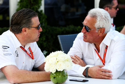 Zak Brown, Director Ejecutivo de McLaren, con Lawrence Stroll