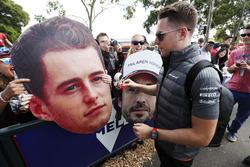 Stoffel Vandoorne, McLaren, signe des autographes aux fans