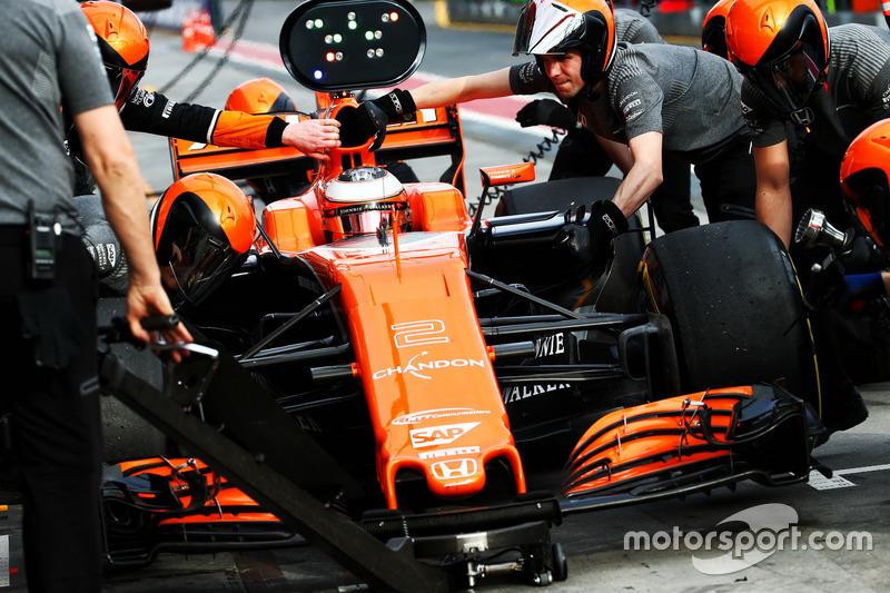 Stoffel Vandoorne, McLaren MCL32 practices a pit stop