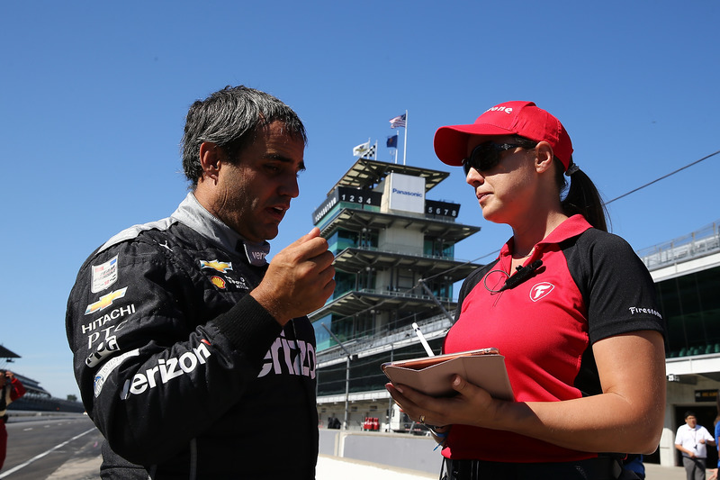 Juan Pablo Montoya avec l'ingénieure en chef de Firestone, Cara Adams