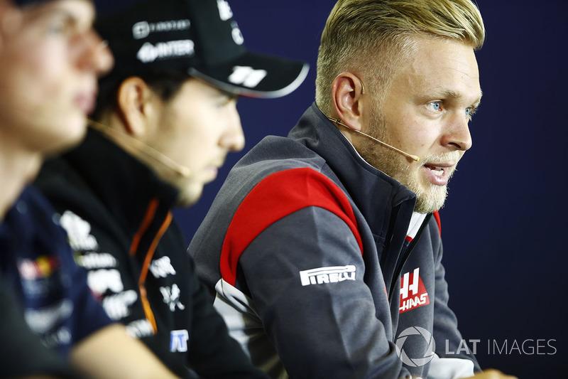Kevin Magnussen, Haas F1 Team, Sergio Pérez, Force India y Max Verstappen, Red Bull Racing en la conferencia de prensa de la FIA