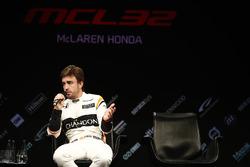 Fernando Alonso, McLaren, est interviewé sur la scène