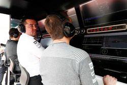 Гоночный директор McLaren Эрик Булье и гонщик команды Стоффель Вандорн
