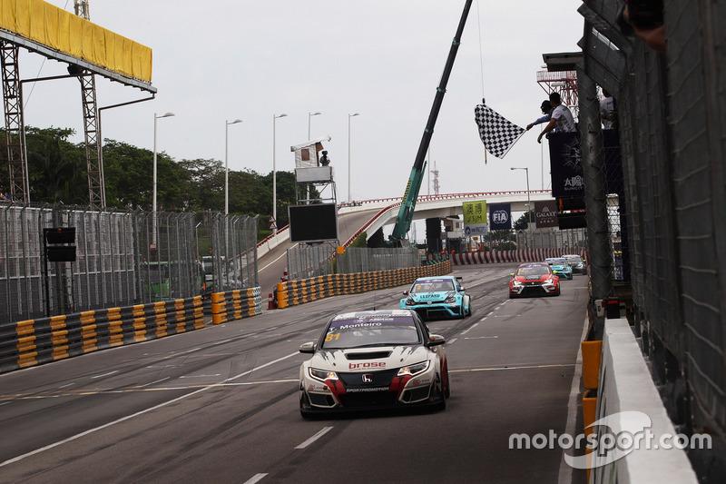 Checkered flag for Tiago Monteiro, West Coast Racing, Honda Civic TCR