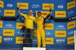 Podium: Race winner Gabriele Tarquini, LADA Sport Rosneft, Lada Vesta