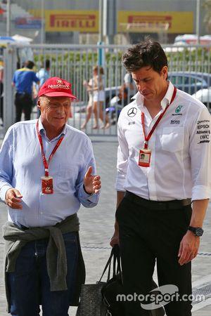 Niki Lauda, presidente no ejecutivo de Mercedes con Toto Wolff, accionista y jefe de equipo del Mercedes AMG F1