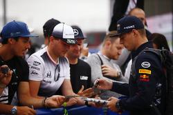 Макс Ферстаппен, Red Bull Racing, роздає автографи