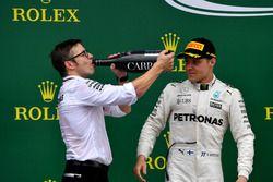 Peter Bonnington, Mercedes AMG F1 ingeniero de carrera y Valtteri Bottas, Mercedes AMG F1 celebran en el podio