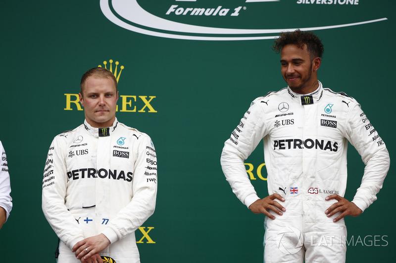 Segundo lugar Valtteri Bottas, Mercedes AMG F1, ganador de la carrera Lewis Hamilton, Mercedes AMG F1, en el podio
