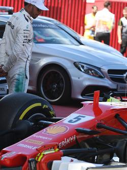 Ganador de la pole Lewis Hamilton, Mercedes AMG F1 mira el Ferrari SF70H en parc ferme