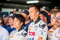 Alexander Albon, ART Grand Prix con los voluntarios de la FIA