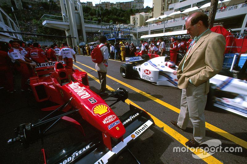 Adrian Newey schaut sich den Ferrari F310 von Michael Schumacher an