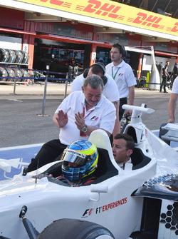 Paul Stoddart, Zsolt Baumgartner, piloto en el auto de dos asientos de la experiencia de la F1 y Wil