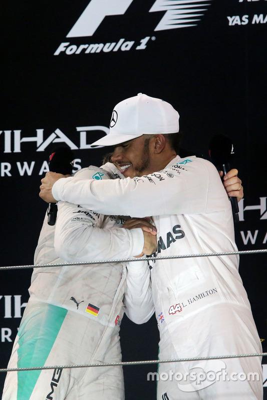 Il podio: il secondo classificato Nico Rosberg, Mercedes AMG F1 festeggia il suo Titolo Mondiale con il vincitore della gara e compagno di squadra Lewis Hamilton, Mercedes AMG F1