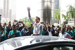 Les employés de Petronas accueillent Nico Rosberg, Mercedes AMG F1