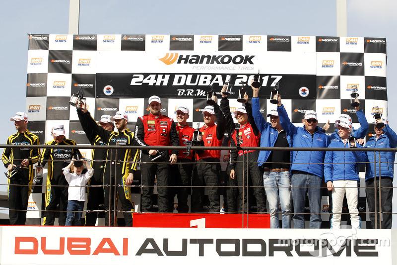 Podium: Ganador de la carrera AM #1 Hofor-Racing Mercedes AMG GT3: Michael Kroll, Chantal Kroll, Rol