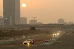 №12 Manthey Racing Porsche 991 GT3 R: Отто Клос, Свен Мюллер, Маттео Кайроли, Йохен Крумбах