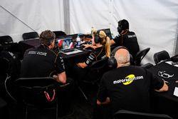 Motorsport.com René Fagnan viendo la carrera con los miembros del equipo Dragon Racing