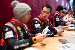 Thierry Neuville, Nicolas Gilsoul, Hyundai Motorsport, gibt Autogramme