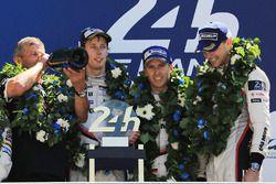 Podium: ganadores, Timo Bernhard, Earl Bamber, Brendon Hartley, Porsche Team, Fritz Enzinger, jefe d
