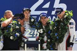 Podium: race winners Timo Bernhard, Earl Bamber, Brendon Hartley, Porsche Team, Fritz Enzinger, Head of Porsche LMP1