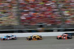 Kyle Busch, Joe Gibbs Racing Toyota, Brendan Gaughan, Richard Childress Racing Chevrolet, Matt Tifft