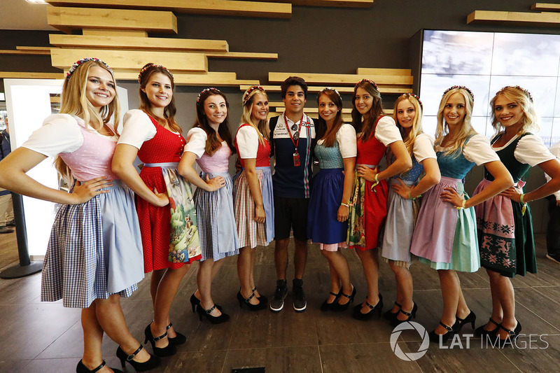 Гонщик Williams Лэнс Стролл позирует с девушками в национальных костюмах