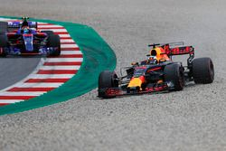 Daniel Ricciardo, Red Bull Racing RB13 gaat wijd en door de grindbak vlak voor Carlos Sainz Jr., Scu