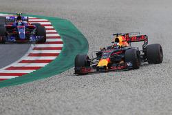 Daniel Ricciardo, Red Bull Racing RB13 sort large devant Carlos Sainz Jr., Scuderia Toro Rosso STR12